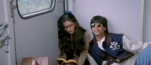 Raj flirts with Simran on train - DDLJ Movie