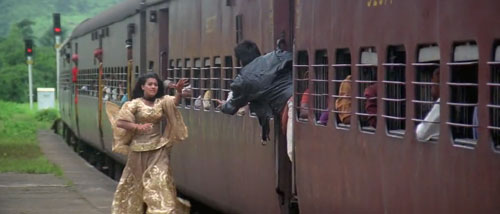 Smiran are chasing Raj at station - Dilwale Dulhania Le Jayenge