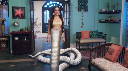Shravani makes parents believe her snake form Naagin 3 InsTube